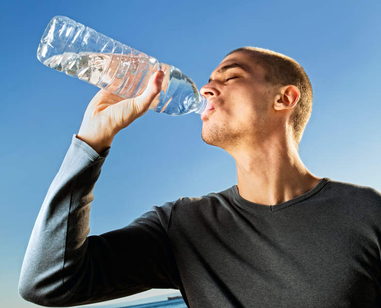 chico bebe agua