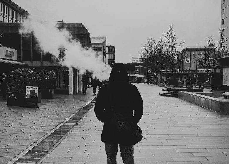 Persona que usa vaporizador de hierbas