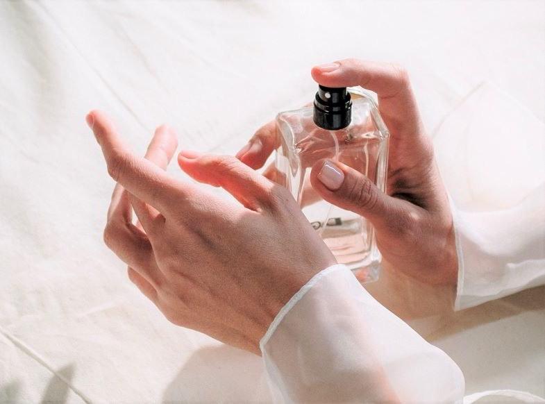 Rociándose con perfume de cáñamo