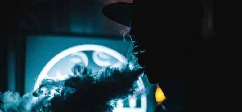 Hombre usando un vaporizador de hachís con CBD